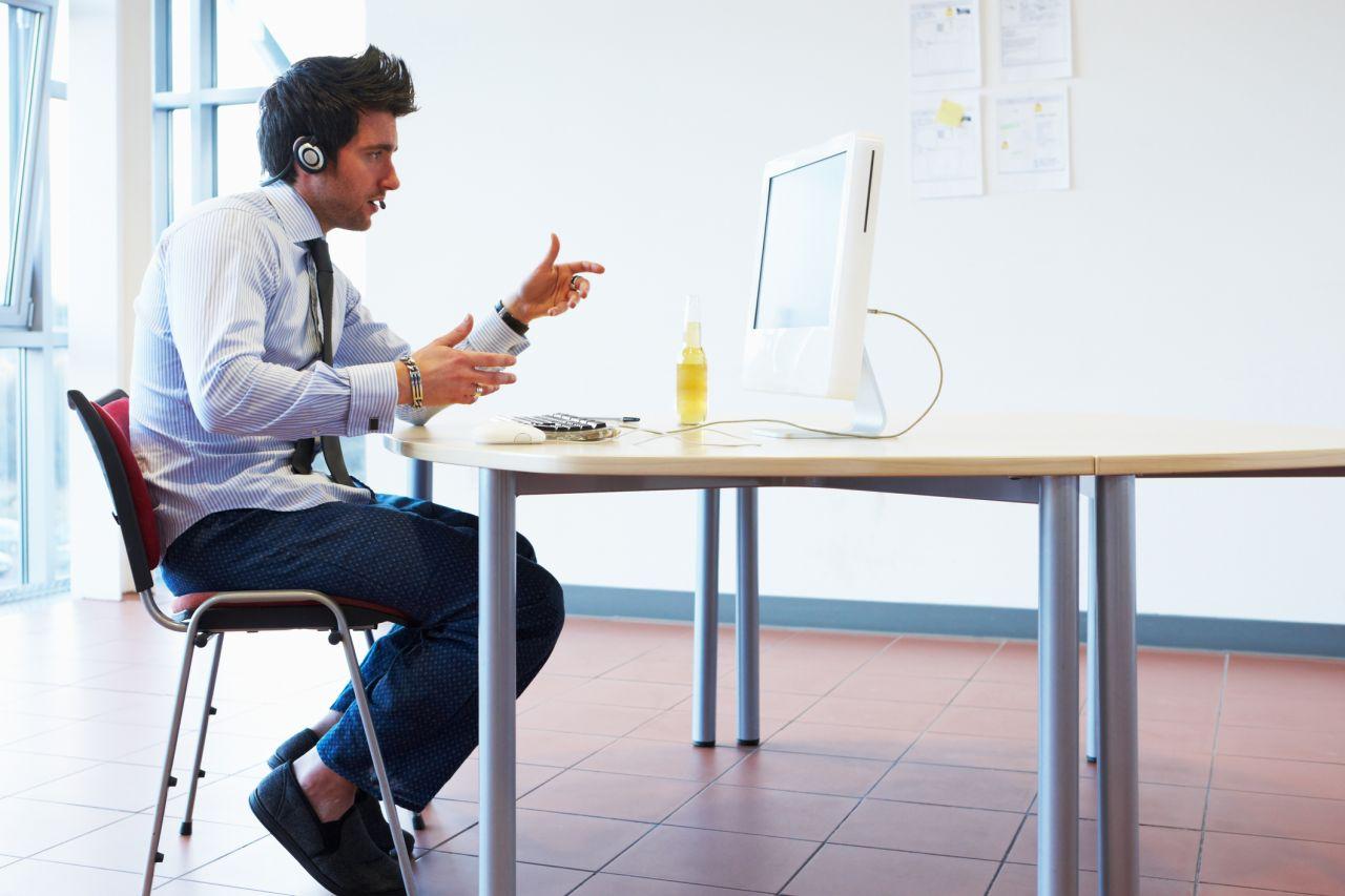Mann im Home-Office mit Pyjama-Hose.
