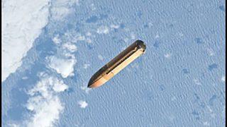 Wasserstoff-Tank eines Space Shuttles treibt im Weltall