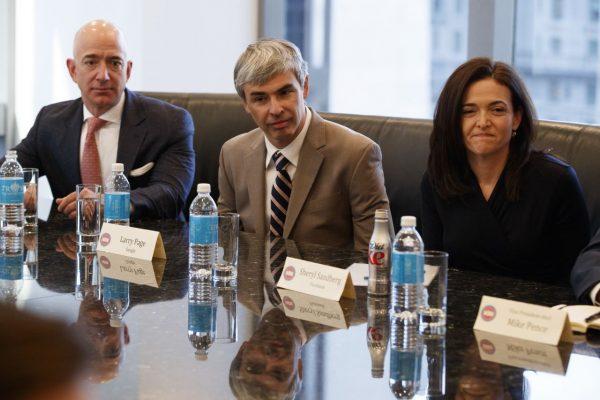 Hier ist Bezos bei einem Meeting mit u. a. Larry Page (Google) und Sheryl Sandberg (Facebook) zu sehen
