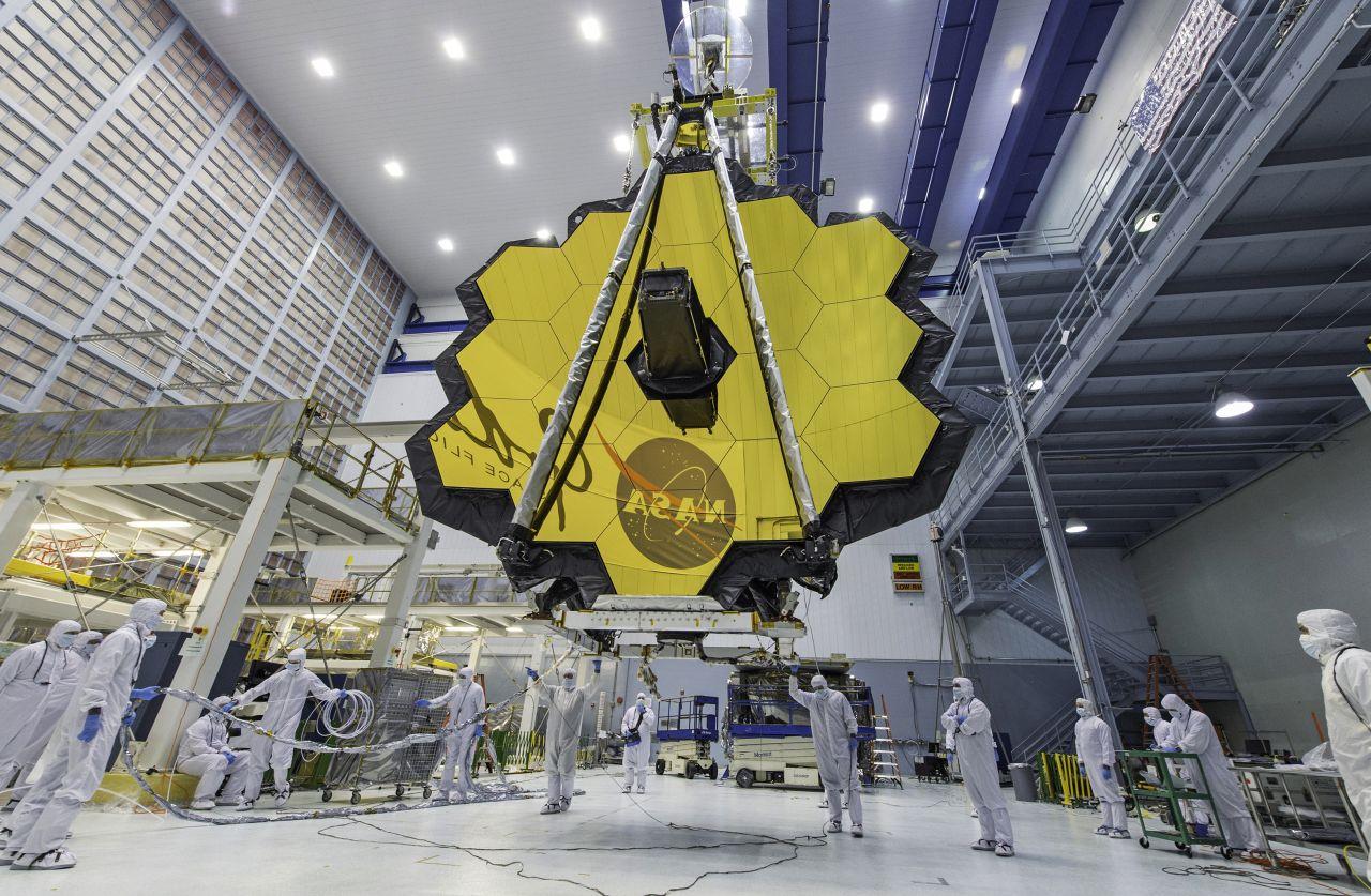 Techniker heben das Teleskop mit einem Kran im Goddard Space Flight Center in Greenbelt.