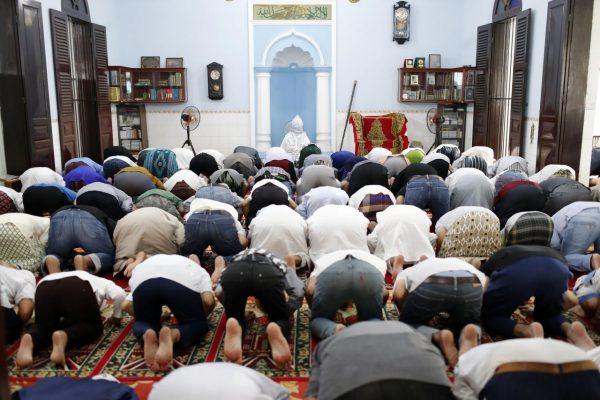 Gläubige beten in einer Moschee