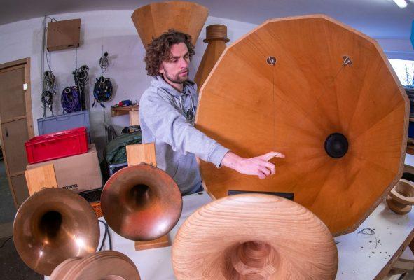 "Eines der betroffenen Start-ups: ""Inselklang"" stellt maßgeschneiderte Lautsprecher aus Holz her"