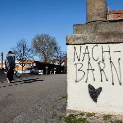 Nachbarn werden aktuell zu wichtigen Helfern - in Berlin-Neukölln wurde zum Dank eine Liebesbotschaft an eine Mauer gesprüht.