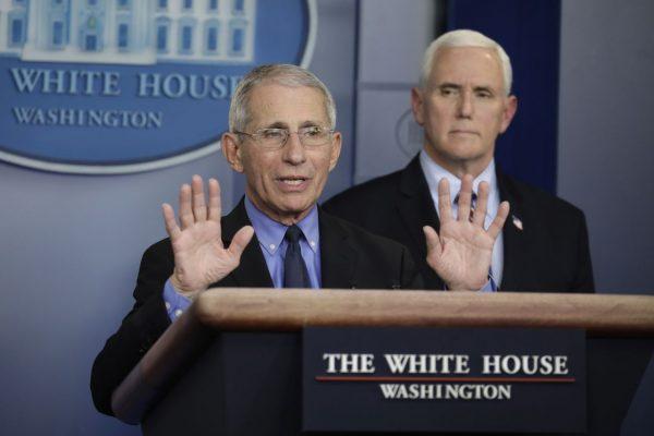 Mike Pence (Hintergrund) soll zukünftig Faucis Aussagen vorab überprüfen