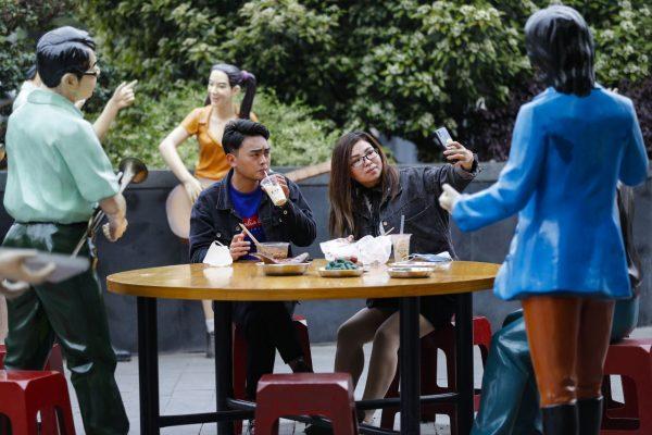 Die ersten Freiluftrestaurants in Wuhan haben bereits wieder geöffnet