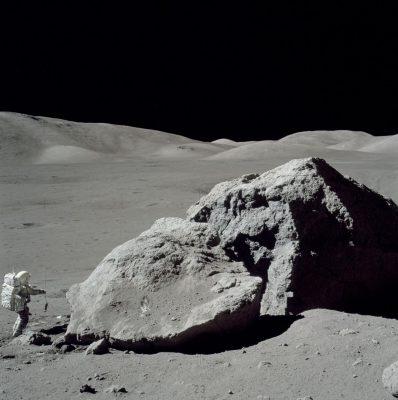 Apollo-17-Astronaut Harrison Schmitt untersucht einen Felsen