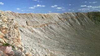 """Nicht der größte, aber wohl der beeindruckenste Krater der Erde. Der Barringerkrater in Arizona ist so gut erhalten, weil er """"nur"""" 50.000 Kilometer alt ist. Sein Durchmesser beträgt etwa 1,2 Kilometer."""