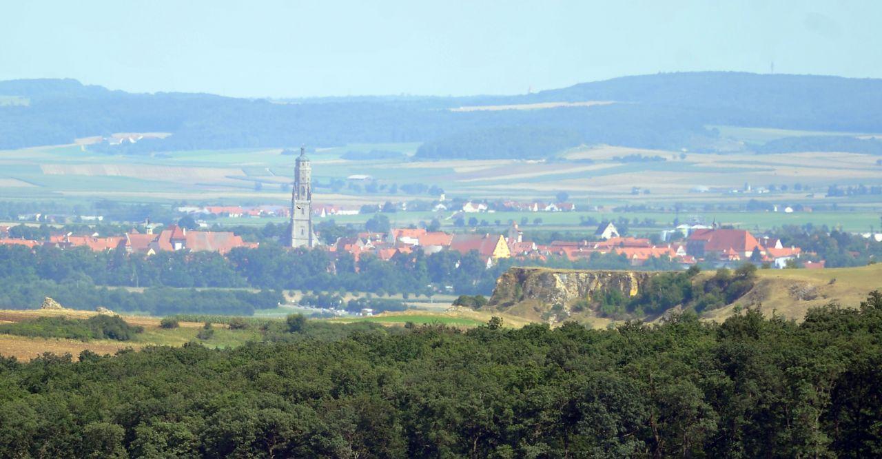 Man erkennt es kaum, aber das hier ist der größte Einschlagkrater in Deutschland. Mitten in Bayern ist vor etwa 14,6 Millionen Jahren ein kleiner Meteorit eingeschlagen und hat einen Krater hinterlassen, der etwa 24 Kilometer groß ist. Er ist damit der größte Krater in Deutschland.