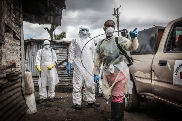 Helfer in der Ebola-Epidemie in ihren massiven Schutzanzügen
