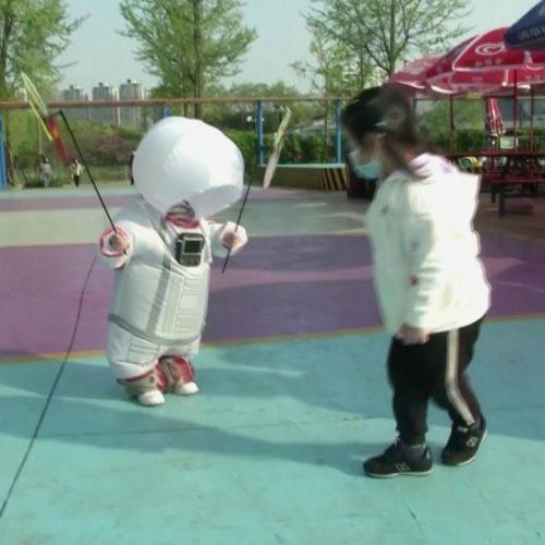 Sieht aus wie ein Mini-Raumanzug - soll aber gegen Corona schützen.