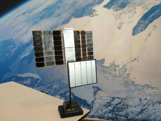 Satellit Adler-1 steht auf Tisch