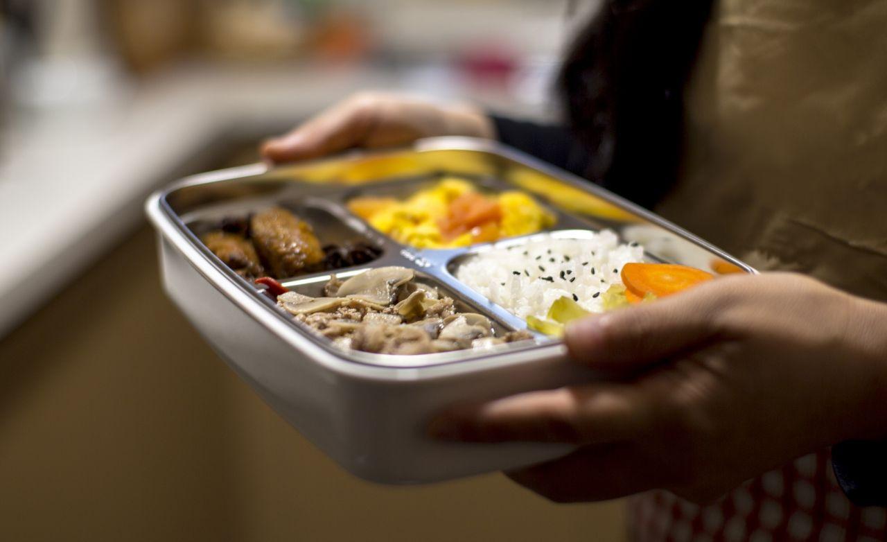 Aluminium-Box mit Lebensmitteln