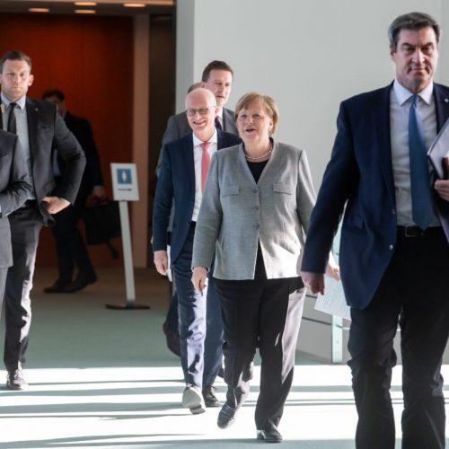 Kanzlerin Angela Merkel hat zusammen mit Olaf Scholz (l, SPD), Bundesfinanzminister, Markus Söder (r, CSU), Ministerpräsident von Bayern, und Peter Tschentscher (M, SPD), Erster Bürgermeister von Hamburg über die Ergebnisse ihrer Schaltkonferenz mit den Ministerpräsidenten informiert.