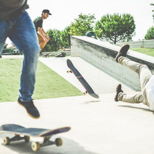 Skateboarder stürzt