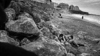 Ein junges Paar am Strand in Alger.