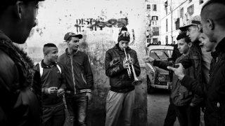 Eine Gruppe Jugendlicher probiert sich beim Musizieren.