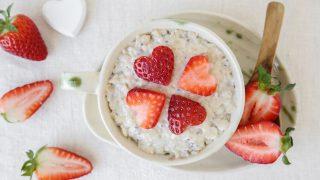 Erdbeeren mit Porridge