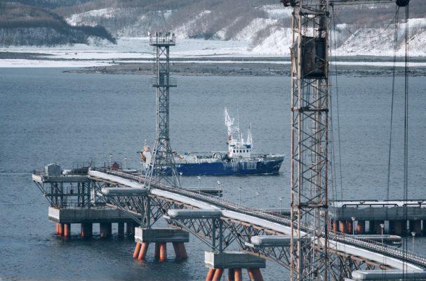Pier mit Pipeline und Schiff