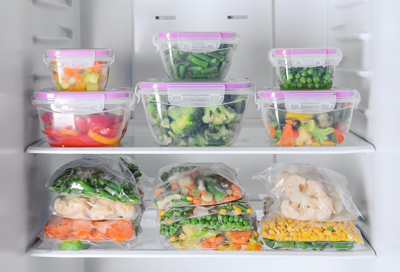 Kühlschrank mit Meal-Prep-Boxen.