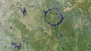 Der Manicouagankrater in Kanda ist etwa 100 Kilometer Breit. An den Rändern sind verschiedene Seen entstanden. Der Krater ist rund 214 Millionen Jahre alt. Der Meteorit war wohl um die 5 Kilometer groß.