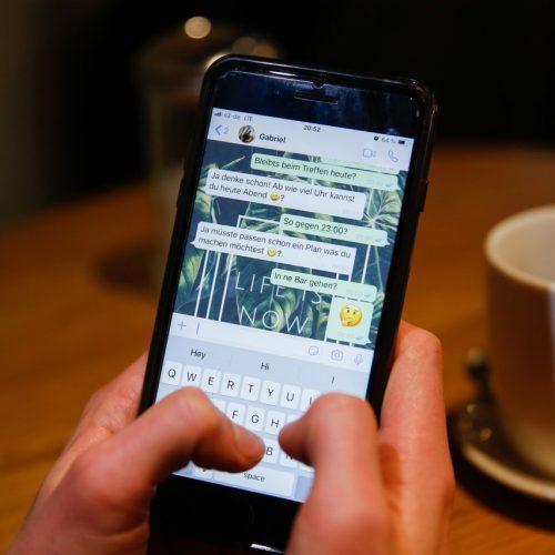 Mann benutzt den Messengerdienst Whatsapp
