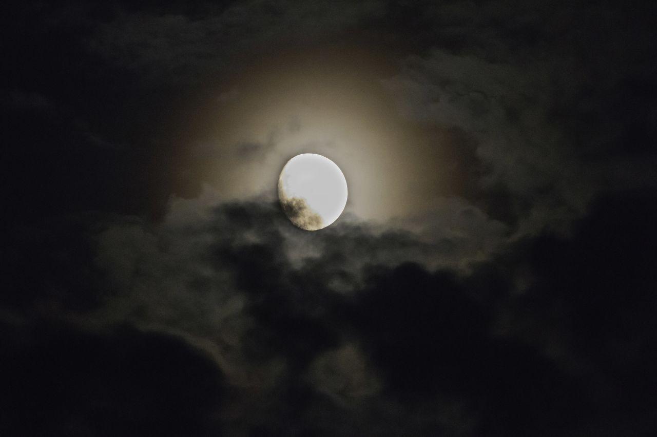 Mond mit Hof