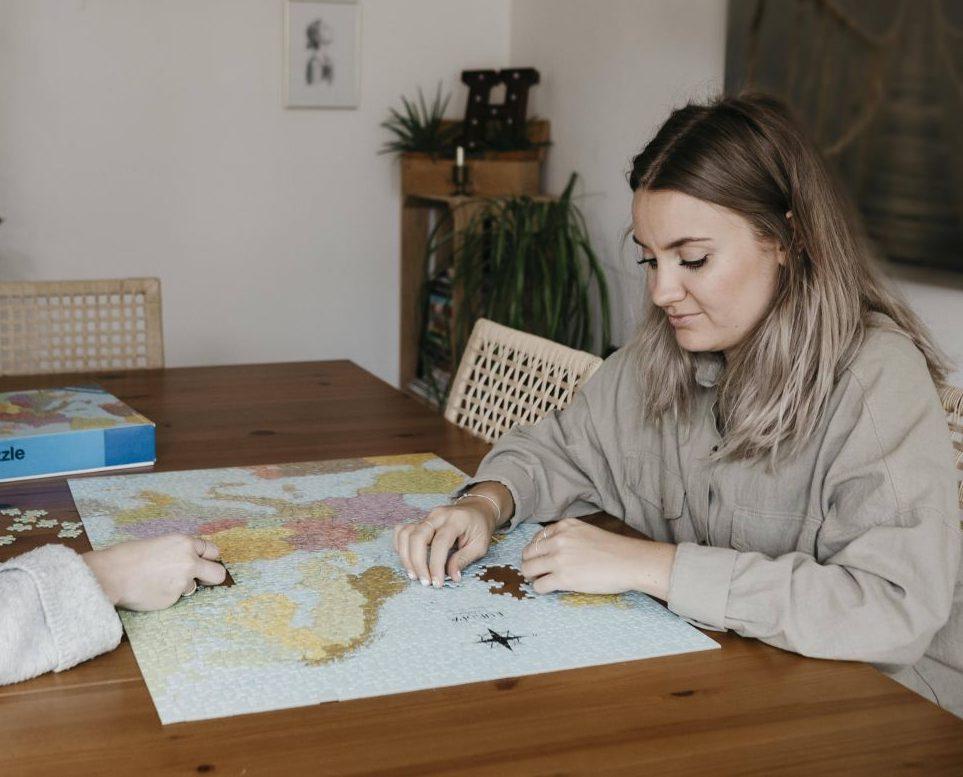 Zwei Frauen machen ein Puzzle