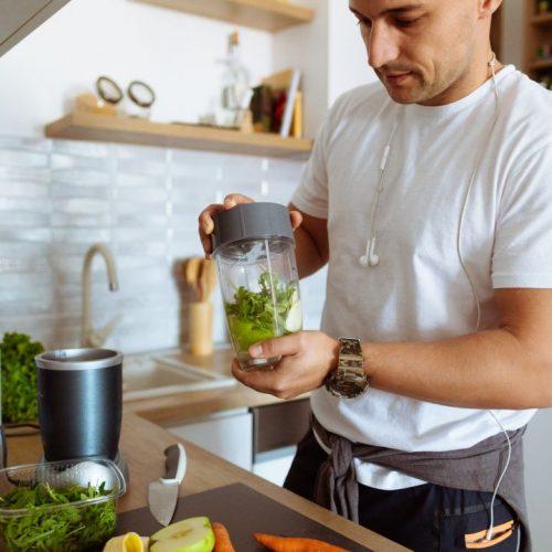 Sporternährung, wie Energieriegel oder Protein-Drinks kannst du einfach selber machen.