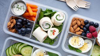 Unterteilte Plastikbox mit Snacks