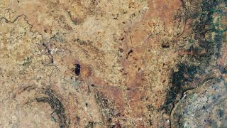 Lang galt der Vredefortkrater als der größte der Erde. Denn er hat einen Durchmesser von etwa 300 Kilometer. Einen Rekord hält er aber immer noch: Er ist mit rund 2 Milliarden Jahren der älteste Krater, den wir kennen. Er liegt in Witwatersrand-Gebirge in Südafrika und wurde von einem rund 15 Kilometer großen Meteorit erzeugt.