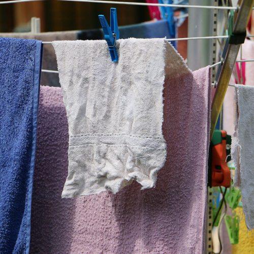 Handtücher trocknen an der Luft.