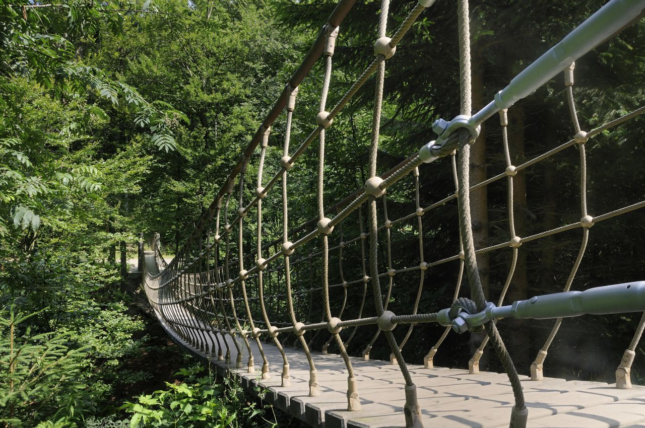 Der Rothaarsteig ist 156 Kilometer lang und führt quer durch das Sauerland. Seit dem 2. Dezember 2016 ist er als Qualitätsweg beim Deutschen Wanderverband zertifiziert. Tipp: Gehe die Erlebnisstrecke mit einer Hängebrücke über einem Taleinschnitt bei Kühhude.