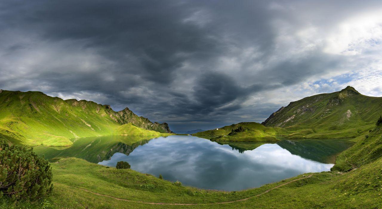 Der Schrecksee in Bayern ist malerisch schön - und liegt auf 1813 Metern Höhe. Das dürfte auch einer der Gründe sein, warum er noch nicht ganz so überlaufen ist. Wer die 8 Kilometer-Wanderung von Hinterstein aus auf sich nimmt, wird mit einem spektakulären Ausblick auf einen der schönsten Bergseen belohnt.