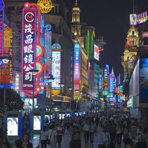 Abends auf der Nanjing Lu Nanjing Straße, größte Einkaufsstraße von Shanghai, China, Asien
