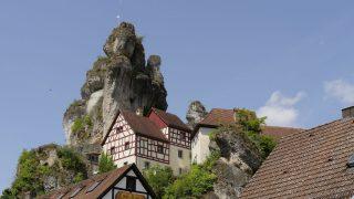 Auch in Oberfranken gibt es eine charakteristische Hügellandschaft mit beeindruckenden Felsformationen. Außerdem cool: Es gibt dort viele Burgen und Ruinen.