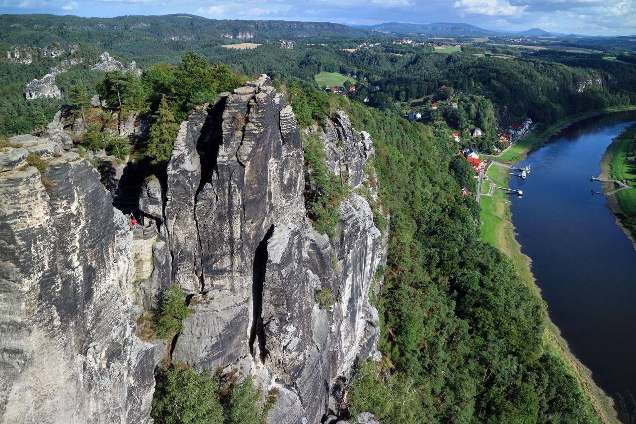 """Eigentlich hieß der Elbsandsteingebirges in Sachsen bis 1780 einfach nur """"Meißner Hochland"""". Doch seitdem derAutor Wilhelm Leberecht Götzinger (1758 – 1818) ihm in seinen Büchern den Namen """"Sächsische Schweiz"""" gab, ist der Ausdruck weit verbreitet."""