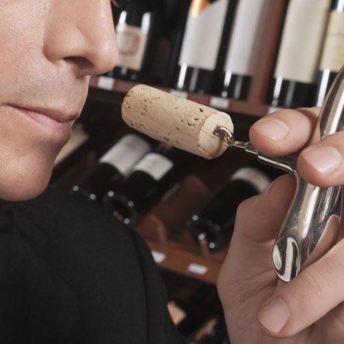 Wein prüfen, Korken riechen, Sommelier