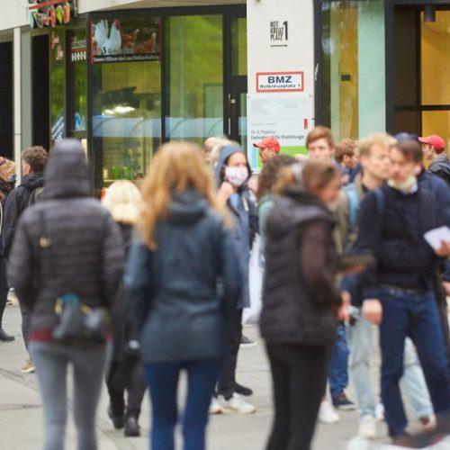 Menschen in der Münchner Innenstadt trotz Corona unterwegs