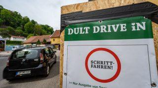 """""""Dult Drive In"""" steht auf einem Schild. Als """"Dult"""" wird im südostdeutschen Sprachraum häufig einen Jahrmarkt mit Volksfestcharakter bezeichnet."""