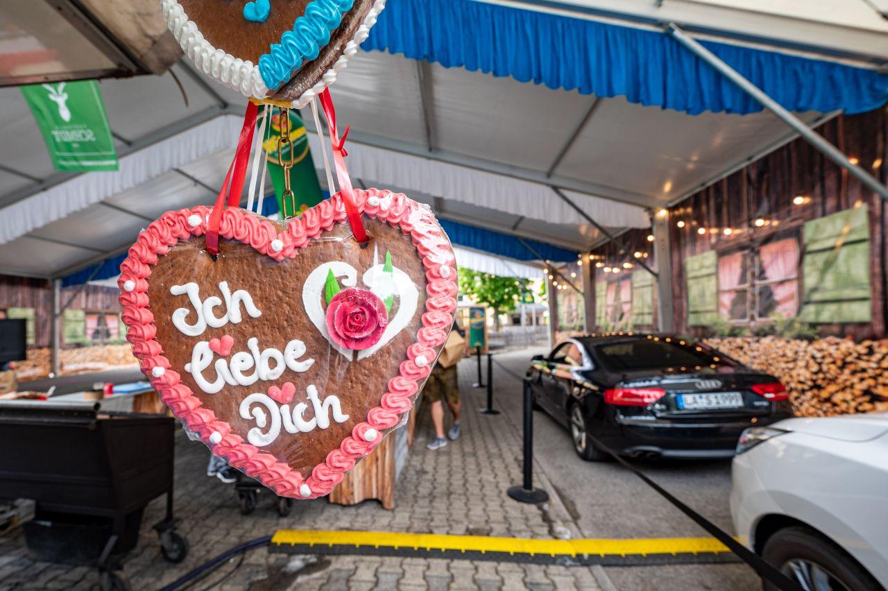 """Darf auch auf einem Drive-In-Volksfest nicht fehlen: Ein Lebkuchenherz mit der Aufschrift """"Ich liebe Dich""""."""
