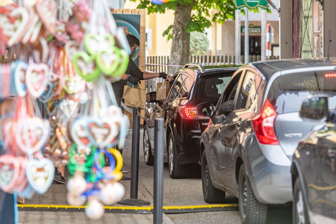 Die Idee kommt gut an - die Autos stehen Schlange. Deshalb wurde das Drive-In-Volksfest auch bis zum 11. Mai verlängert.