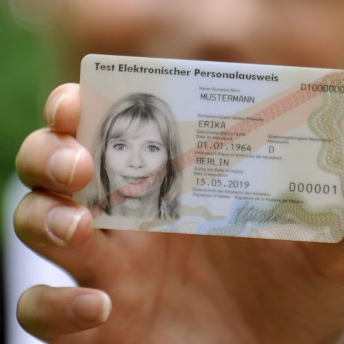 Junge Frau zeigt elektronischen Personalausweis