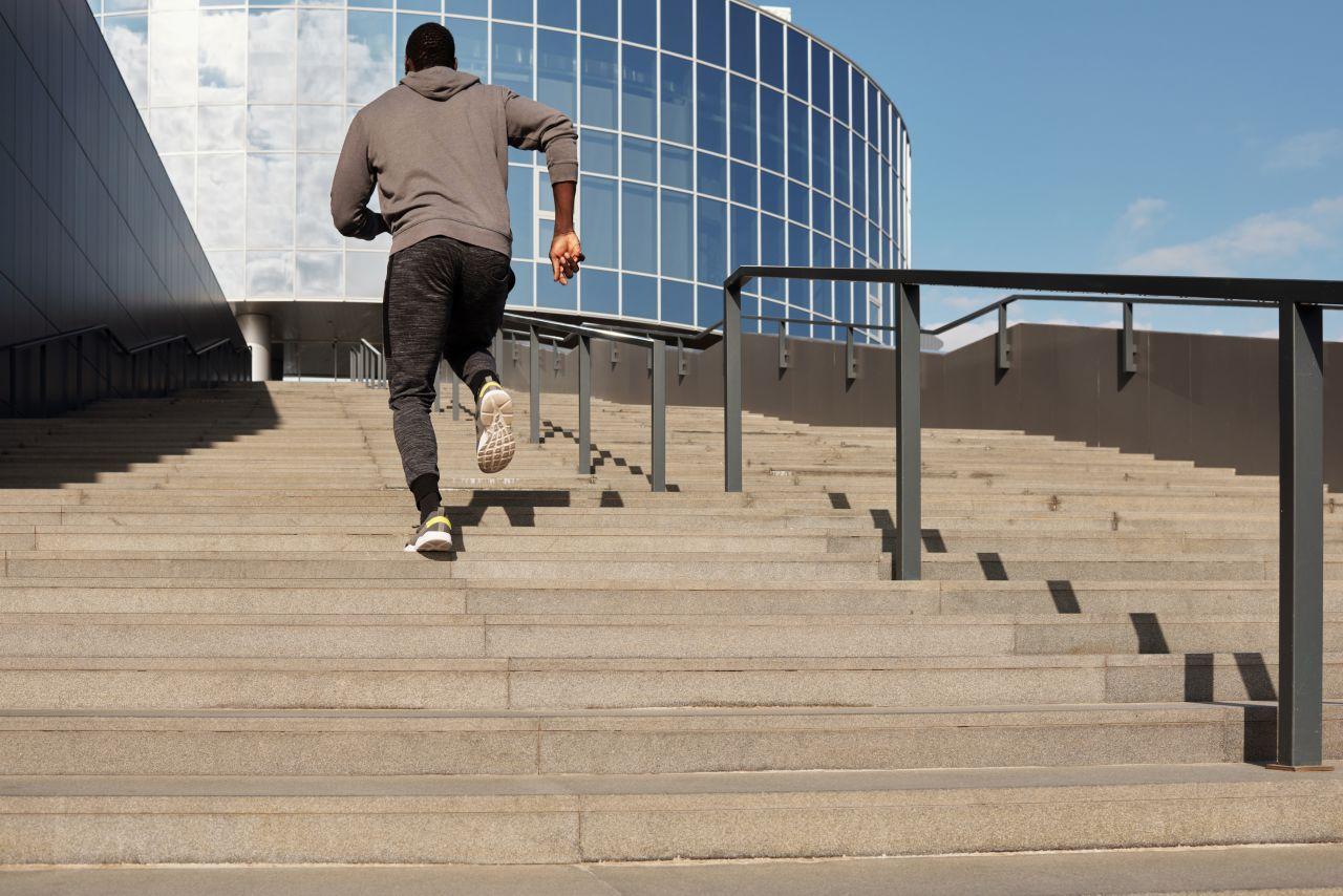 Mann sprintet eine Treppe hoch