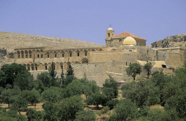 Das syrisch-orthodoxe Kloster Dayro d-Mor Hananyo liegt im Tur-Abdin-Gebirge