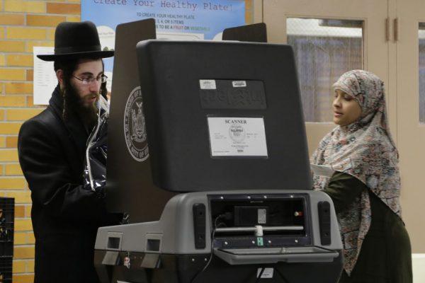 Ein ultraorthodoxer Jude bei seiner Stimmabgabe im New Yorker Stadtteil Brooklyn