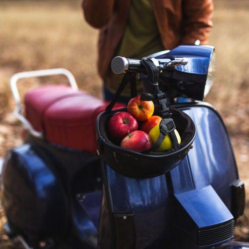 Äpfel in einem Motorrad-Helm