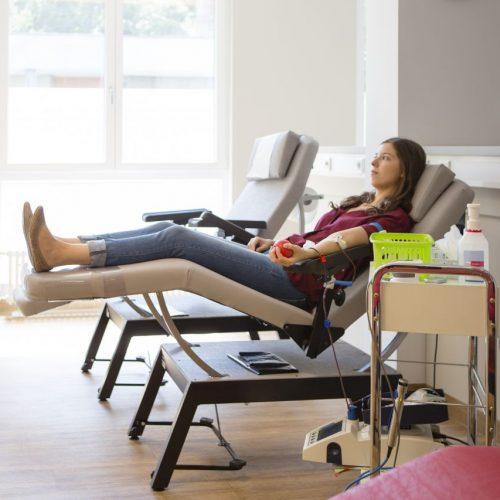 Frau spendet Blut