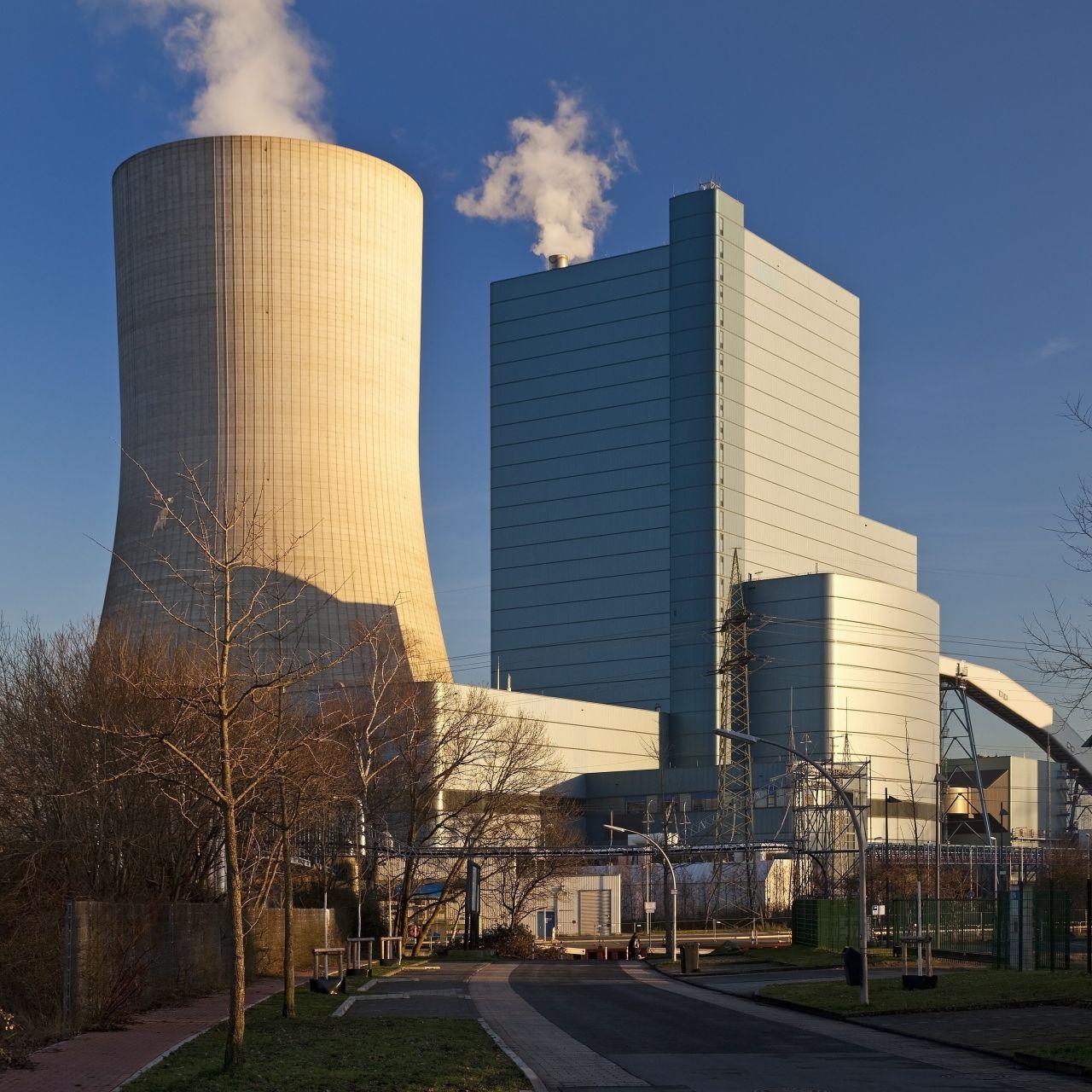Kohlekraftwerk mit Himmel