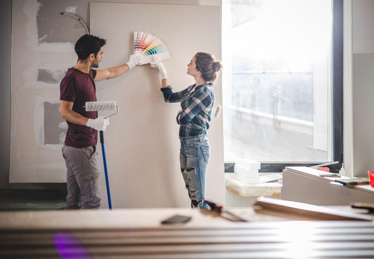 Paar entscheidet sich für die Farbe an der Wand.