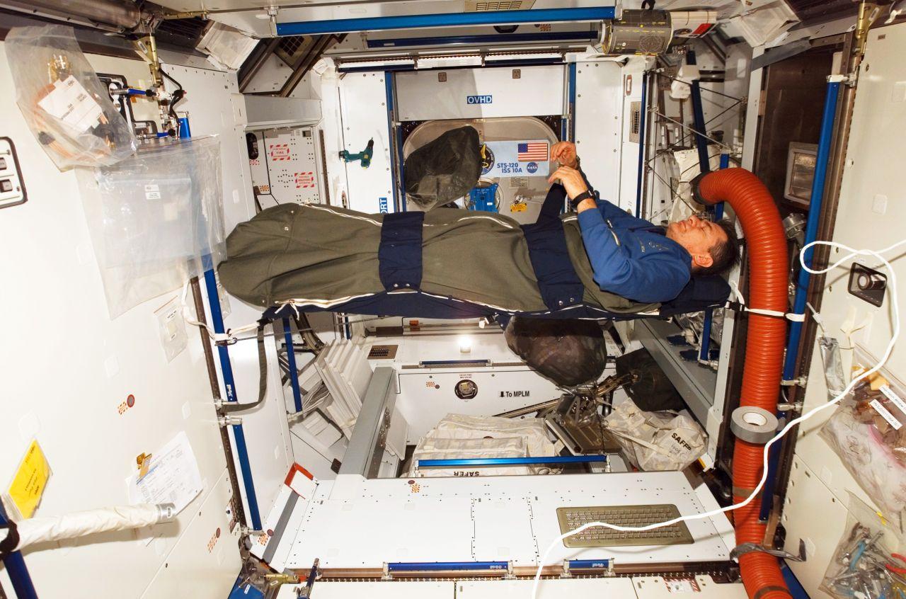 ESA-Astronaut im Schlafsack